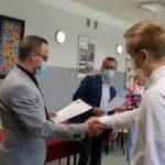wręczanie dyplomu stypendium